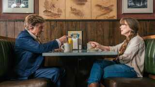 - 82-årige Redford har selv erklæret, at han spiller sin sidste filmrolle som 78-årige Forrest Tucker, og det er svært at forestille sig en skuespiller, der bærer gavtyvscharme med større selvfølgelighed end Redford, skriver Per Juul Carlsen.