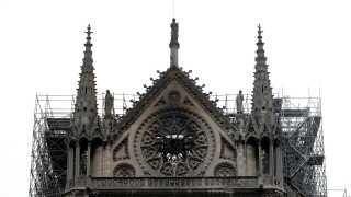 Toppen af katedralen blev hårdt ramt under branden, der brød ud omkring klokken 18.40 mandag aften.