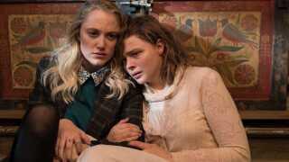 - Når nu man tager fat i emnerne ensomhed og stalking, hvorfor i hede hule så ikke grave virkelig til bunds i dem og præsentere dem, så det kan mærkes, så det gør ondt i sjælen længe efter, at filmen er slut?, spørger Per Juul Carlsen.