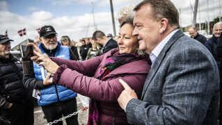 Statsminister Lars Løkke Rasmussen (V) får taget en selfie sammen med en vælger, da han i går sammen med Troels Lund Poulsen (V) delte fisk ud på havnen i Juelsminde. Et godt EP-valg kan give Venstre optimisme før folketingsvalget