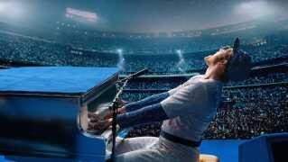 29-årige Taron Egerton spiller hovedrollen som Elton John. Han har tidligere medvirket i film som 'Robin Hood' og 'Sing'.