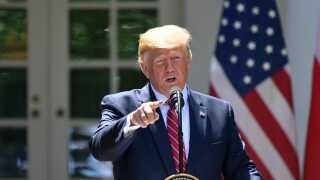 Donald Trump taler under en pressekonference med den polske præsident, Andrzej Duda, foran Det Hvide Hus.