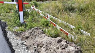 Her ses bommene, der efter planen skal sættes op ved den overkørsel, hvor der lørdag skete en ulykke, der kostede en far og søn livet.