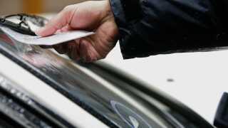 Nogle kommuner vil slet ikke have parkeringsvagter længere. Det er simpelthen blevet en underskudsforretning.