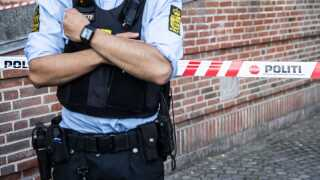 Politiet er til stede ved flere offentlige bygninger efter eksplosionen i Skattestyrelsen i går aftes.
