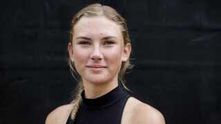 - Selvfølgelig er det lidt vigtigt, hvordan han ser ud, men charme er det vigtigste, siger Frederikke Kristiansen på 19 år, der er single, om en kommende kæreste.