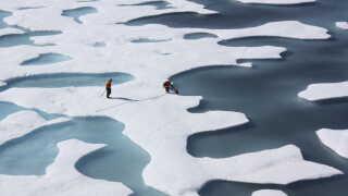 Mandskab fra den ene af de to amerikanske isbrydere, Healy, der ikke længere er funktionel, ses her under en mission i Arktis.