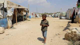 I en lille flygtningelejr i byen Qsarnaba i Libanon går syriske børn rundt. Men de er ikke velkomne hos mange af deres libanesiske naboer.