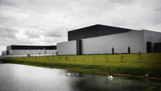 Facebook har i dag sat stikket i kontakten til sit nye datacenter  i Odense.