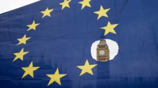 Et EU-flag vajer foran Big Ben i London. Flaget har en stjerne for hvert af de 28 medlemslande, og symbolikken er tyk, eftersom der mangler en stjerne - den britiske forstås.