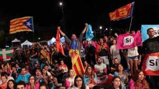 Dette billede er fra den 1. oktober 2017, hvor flere tusinder cataloniere var på gaden for at fejre, at den siden ulovlige folkeafstemning gjorde regionen selvstændig.