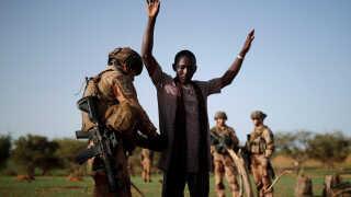 (Arkiv) En fransk soldat visiterer en mand under en kontrolmission i Gourma-regionen i Mali. Billedet er fra juli i år.