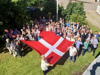 Danmarks ambassade i Oslo fejrer flaget i den danske residens sammen med byens overborgmester Marianne Borgen.
