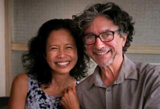 Nop arbejder på en thai-restaurant i Frankrig, mens 63-årige Jan har aftenvagter som receptionist på et hotel.