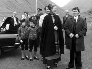 I 1978 var kronprins Frederik selv som barn med på officielt besøg på Færøerne. På billedet er han iført færøsk nationaldragt mellem sin mor, dronning Margrethe, samt prins Joachim længst til venstre.