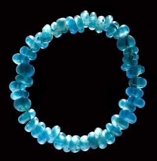 Perler i blåt glas er fundet i grave for de øverste i samfundet i bronzealderen - både i Danmark og i kongegrave længere mod syd. Disse perler fra bronzealderen er fra Kongehøj, Humlum Sogn.