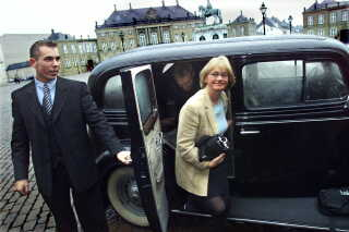 Her ankommer Pia Kjærsgaard til dronningerunde på Amalienborg i 2001.