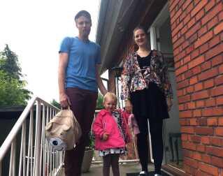Stine og Søren Hansen og deres treårige datter Elisa. Hendes børnehaveplads er dyrere i Ringsted Kommune end i København.