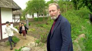 I 'Historien om Danmark' gik Lars Mikkelsen rundt i forskellige rekonstruktioner af fortiden og fortalte.