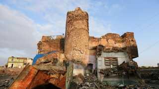 I den gamle bydel i Mosul står resterne af en ødelagt moské.