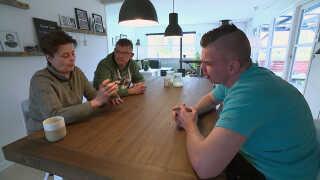 Nicolai Jensen og hans forældre spiller kort. Familien oplever, at Nicolai bedre kan være med i samtaler, efter han er begyndt på cannabismedicinen.