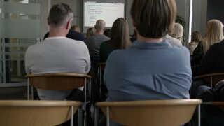 Cirka 30 forældre var mødt op i Sundhedshuset i Horsens for at blive klogere på hpv-vaccinen.