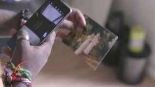 Jonas Nielsen sender et billede af sin biologiske mor til den kvinde, som han tror, er hans storesøster.