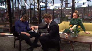 Vært på Aftenshowet Mikkel Fønsskov lover under hypnose, at han vil tage alle af medværten Mette Bluhme Riecks vagter. (DR)