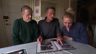 Familien ser på billeder og mindes Kate Skovgaard Reimer.