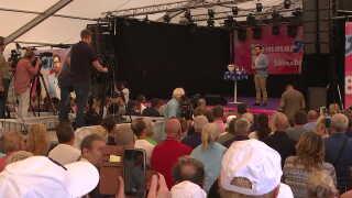 Sommermøde for Sverigedemokraterne og partiets vælgere. På scenen taler partiformand,Jimmie Åkesson. (Foto: DR Nyheder)