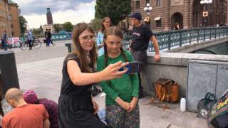 Flere forbipasserende har vist deres støtte til Greta Thunberg. (Foto: Annika Wetterling)