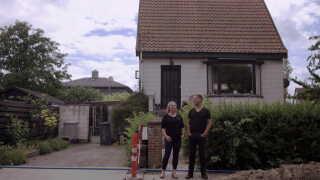 Camilla og John Pedersen står foran deres hus på Amager