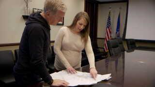 Kristy Hoffart (th), miljøekspert på Hill Airforce Base i Utah, opfordrer til at flytte beboere væk fra den kommende F35-base i Skrydstrup.