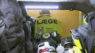 Det er udstyret her - blandt andet skudsikre veste og hjelme - som TEMS-akutlægerne har med i bilen, når de kører ud.