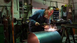 Kjeld Poulsen har arbejdet som klejnsmed det samme sted i mere end 50 år, men han er et særsyn i det danske landskab, hvor antallet af jobskifter blandt danskerne er det højeste i ti år.