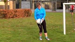 I dag dyrker medarbejderne på ungdomscentret motion i arbejdstiden - heriblandt fodbold. Det hjælper dem til at få et bedre fællesskab. Her er det Marianne Gull Brandt, der er i fuld gang.