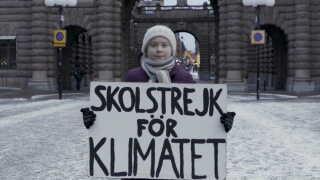 Greta Thunberg med sit skilt foran den svenske rigsdag, hvor hun har holdt skolestrejke for klimaet hver fredag siden august sidste år.