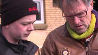 Kim Qvist, direktør for Danmarks Økologiske Jordfond, og Jonathan Nielsen er i gang med at lægge en plan for gården.