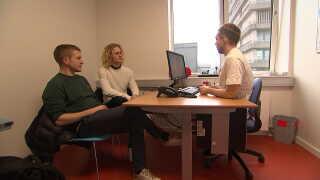 Martin Dover kommer hver tredje måned til konsultation på Rigshospitalet sammen med kæresten Oskar Norhäll.
