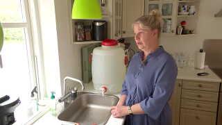 Karina McGovern skal køre små to kilometer for at få rent drikkevand.
