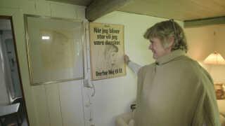 Både den originale tegning og valgplakaten, som Elisabeth Wagner aldrig havde set, før den hang i byens lygtepæle, hænger i dag i hjemmet i Gentofte.