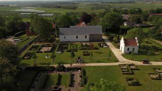 Der ser halvtomt ud på kirkegårdene rundt omkring i landet. Her er det fra Fårup Kirke ved Randers. Biskop i Aalborg Stift, Henning Toft Bro håber, man fremover kan bruge kirkegårde til ting som børneteater eller kunstudstillinger.
