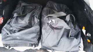 Disse tasker blev fundet bag i en bil på parkeringspladsen foran Bilka. Foto: Politiet