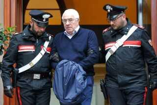 """Mafiaboss også omtalt som """"godfather"""" Settimino Mineo bliver eskorteret af italiensk politi efter anholdelsen i Palermo den 4. december 2018."""