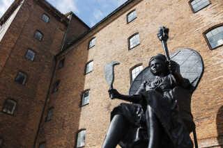 """Skulpturen """"I Am Queen Mary"""", skabt af Jeannette Ehlers og La Vaughn Belle, står midlertidigt foran Vestindisk Pakhus i København. Huset var omdrejningspunkt i Danmarks koloniale fortid."""