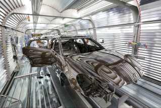 Hos bilfabrikanten Porsche har man både avancerede maskiner og ældre medarbejdere.