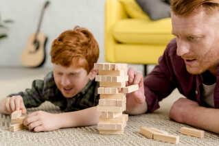 Om 10-15 år bliver det måske muligt for os at få børn med os selv. Mon leg på gulvet kommer til at se sådan her ud?