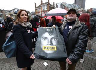 Michael Jackson-fans protesterede foran tv-stationen Channel 4 i London forud for visningen af den kontroversielle dokumentar 'Leaving Neverland'.