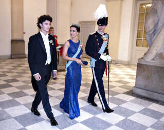 Prins Joachim er en stolt far, da hans ældste søn, prins Nikolai deltager i sit første gallataffel på Christiansborg Slot til kronprins Frederiks 50 års fødselsdag i 2018.