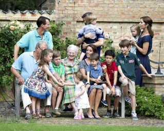 Prins Joachim er far til fire lige som storebror kronprins Frederik. Her ses de med deres familier og dronning Margrethe og prins Henrik på Gråsten Slot i sommeren 2013.